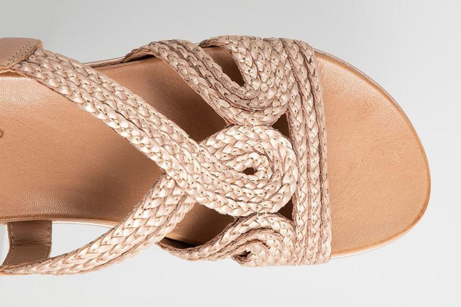 beżowe sandały plecione