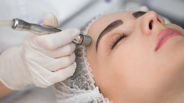 Mikrodermabrazja to zabieg polegający na delikatnym, mechanicznym ścieraniu warstwy rogowej naskórka i głębszych warstw skóry.