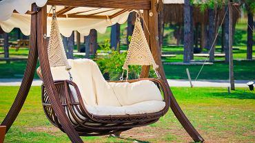 Huśtawka ogrodowa: niezbędny element wyposażenia każdego tarasu i ogrodu. Zdjęcie ilustracyjne