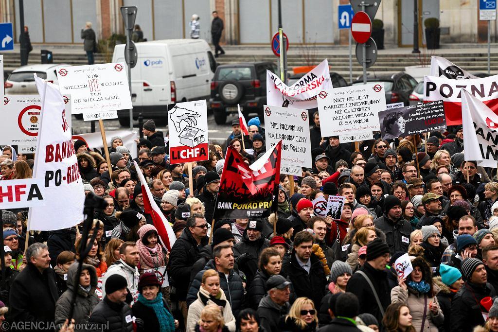 Luty 2015 - demonstracja frankowiczów w Warszawie. Kredytobiorcy domagali się reakcji rządu i banków w sprawie kursu franka