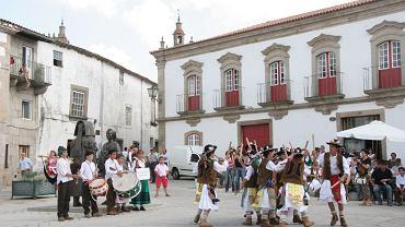 Dança dos Pauliteiros na rynku miasteczka Miranda do Douro