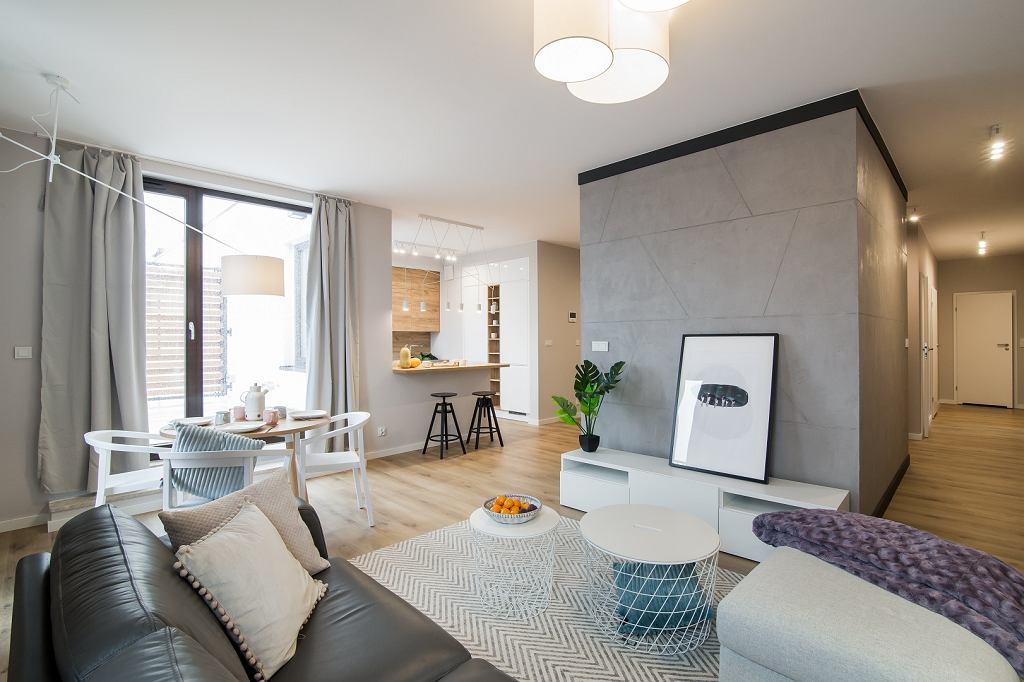 W mieszkaniu wydzielone są tylko sypialnie, toaleta i łazienka - reszta pomieszczeń to otwarta, przestronna przestrzeń.
