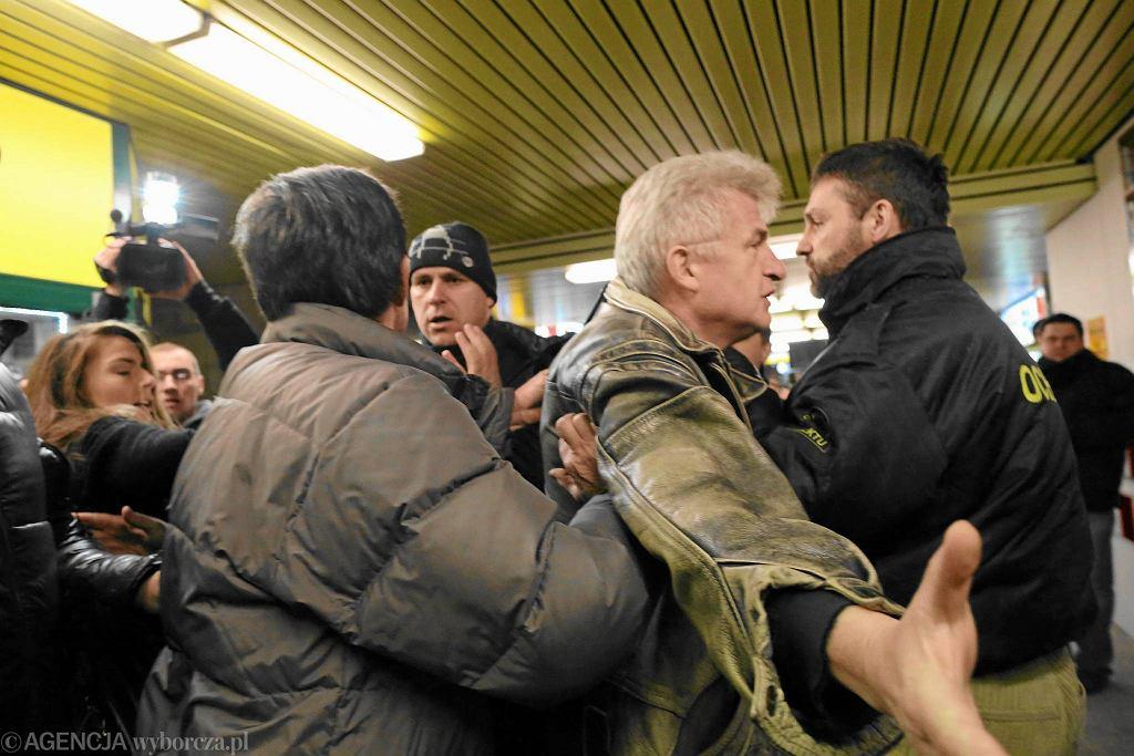 Piotr Ikonowicz podczas bójki kupców z lokali w podziemiach przy Dworcu Centralnym w Warszawie Warszawa Centralna z ochroną, 9 stycznia 2013 r.