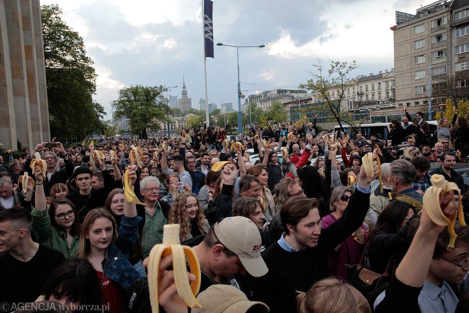 Narodowe jedzenie bananów  w Warszawie.