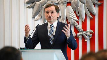 Minister sprawiedliwości Zbigniew Ziobro chce bronić chrześcijan przed gejami i braćmi Sekielskimi