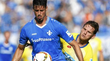 Sandro Wagner (SV Darmstadt) atakowany przez Eugena Polanskiego (Hoffenheim)
