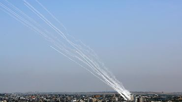Odpalenie rakiet ze Strefy Gazy. Widać ślady po licznych pociskach i to jak bardzo różne były ich kursy, co wskazuje na niską celność