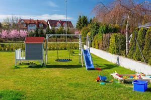 Bezpieczna strefa zabawy dla dzieci we własnym ogrodzie - tanio i w prosty sposób!