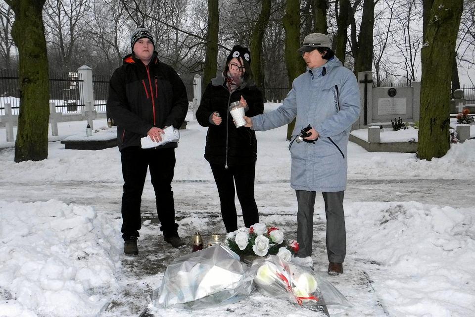 Uczniowie SP nr 12 na cmentarzu garnizonowym