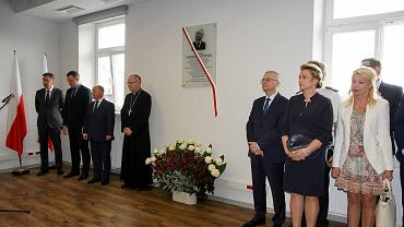 Uroczyste otwarcie kamery pruskiej. Na ścianie tablica poświęcona Lechowi Kaczyńskiemu