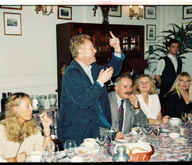 PHOTO:EAST NEWS/ZENON ZYBURTOWICZ  50-te urodziny Daniela Olbrychskiego, 1996  N/Z: Malgorzata Braunek, Daniel Olbrychski, Nikita Michalkow Konczalowski, Maryla Rodowicz