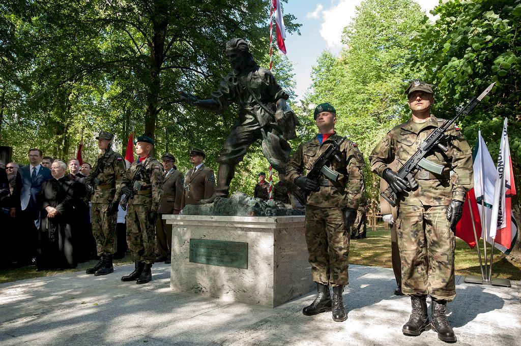 Z inicjatywy dyrekcji Lasów Państwowych pomnik sanitariuszki Danuty Siedzikówny 'Inki' stanął w niedzielę w miejscowości Gruszki (Nadleśnictwo Browsk; nieopodal Narewki na Białostocczyźnie)