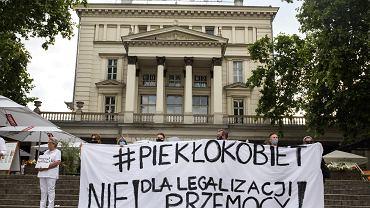 Protest przeciwko planom wypowiedzenia przez Polskę konwencji stambulskiej. Poznań, pl. Wolności, 24 lipca 2020