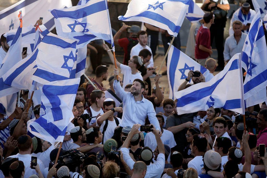 Izrael. Manifestacja nacjonalistów izraelskich w Jerozolimie, 15 czerwca 2021 r. W centrum deputowany do Knessetu, Bezalel Smotrich.