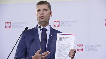 Konferencja prasowa ministra edukacji narodowej Dariusza Piontkowskiego ws. organizacji roku szkolnego 2020/2021 w warunkach epidemii .
