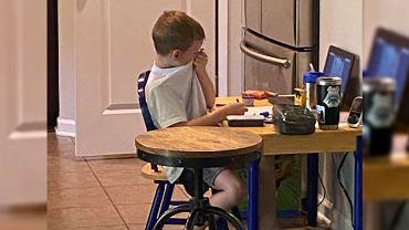 Mama pokazała płaczące przy zdalnej nauce dziecko