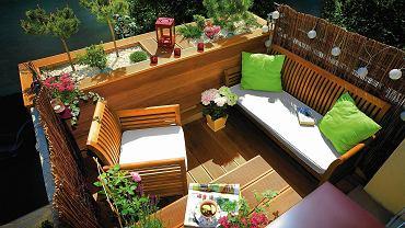 BALKON znajduje się na trzecim piętrze budynku wielorodzinnego. Z dwóch stron jest osłonięty bambusowymi matami, z jednej - dużą drewnianą skrzynią zrobioną na wymiar. Posadzono w niej m.in. sosnę, dwie kosodrzewiny w formie drzewek, miniaturowe azalie oraz irgę.