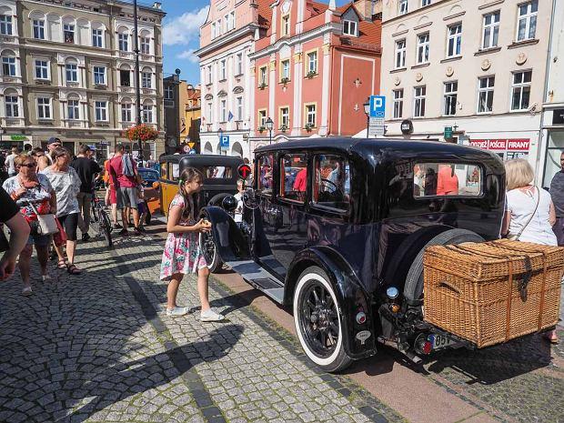 Zdjęcie numer 26 w galerii - Międzynarodowy rajd zabytkowych pojazdów na Rynku w Wałbrzychu. Było co podziwiać [ZDJĘCIA]