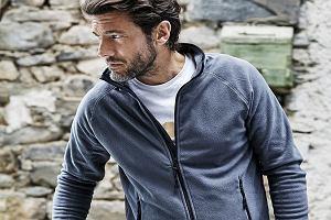 Bluzy polarowe, które zastąpią kurtkę w cieplejsze dni - modele do 200 zł