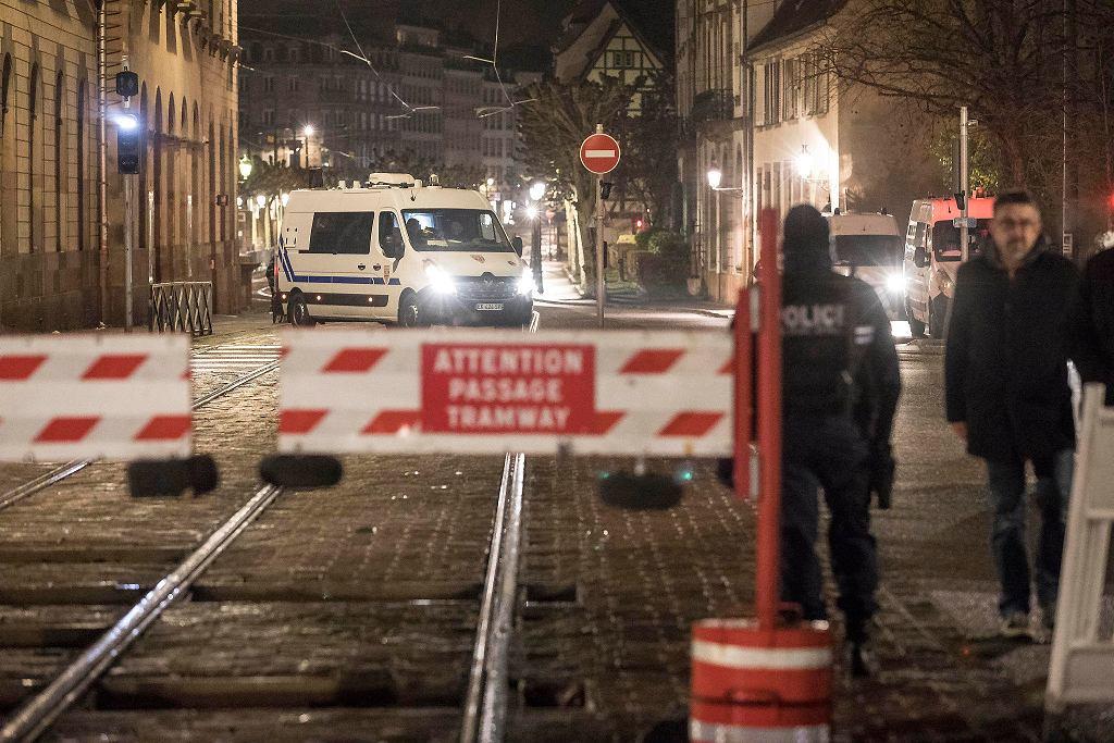 Strzelanina na jarmarku bożonarodzeniowym przy placu Klebera w Strasburgu. Trzy osoby zginęły, a 12 jest rannych. Na zdjęciu: służby na miejscu zbrodni. Francja, 11 grudnia 2018