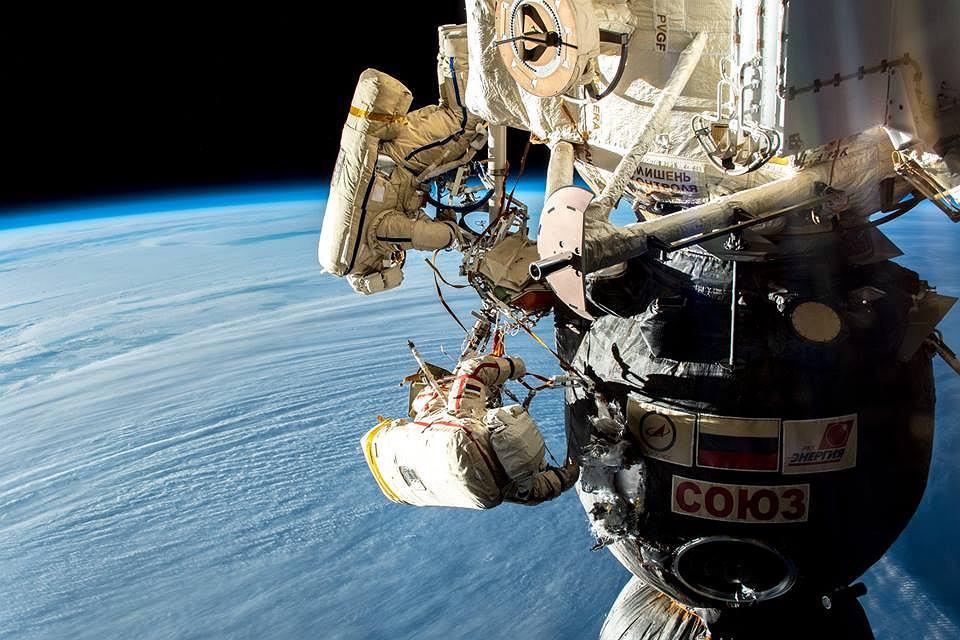 Rosyjscy kosmonauci podczas pracy na zewnątrz ISS
