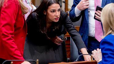 Alexandria Ocasio-Cortez w przerwie sześciogodzinnego przesłuchania Zuckerberga w Kongresie