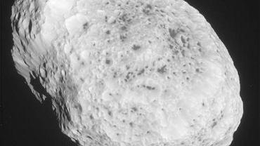 Z daleka księżyc kształtem przypomina ziemniaka.