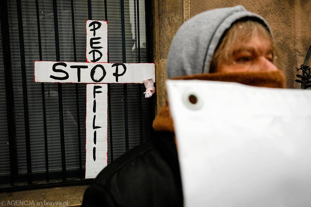 Protest przeciwko pedofilii w Kościele na ul. Szewskiej podczas Święta Trzech Króli