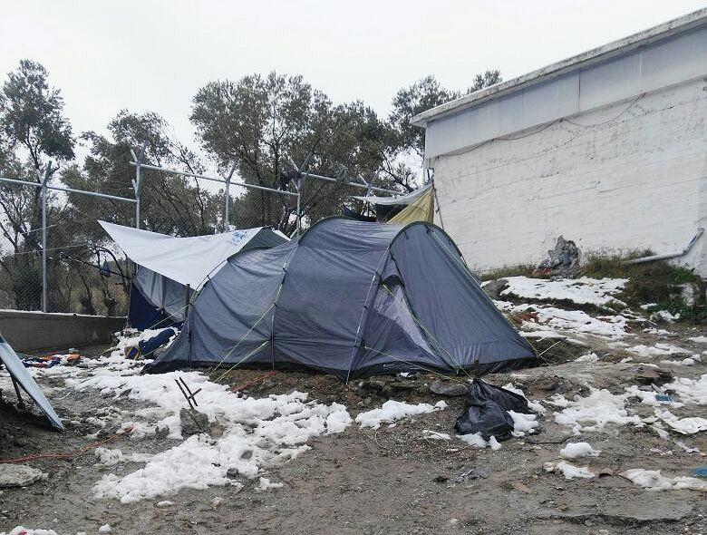 Namiot dla uchodźców w obozie Moria na Lesbos. Zimą 2017 roku zamarzło tam dziewięć osób, dwie spłonęły żywcem, próbując się ogrzać.
