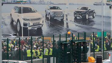 10.01.2019, Halewood koło Liverpoolu, grupa pracowników na terenie fabryki Jaguara i Land Rovera.