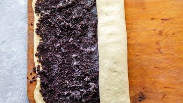 Dobra masa makowa powinna składać się przede wszystkim z maku i bakalii. Do jej przygotowania potrzebne są też miód, cukier oraz masło