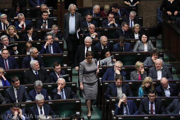 Posłowie uczcili minutą ciszy zamordowanego prezydenta Gdańska Pawła Adamowicza. Prezes PiS i jego najbliżsi podwładni Mazurek i Terlecki weszli na salę kilka chwil po. 76 posiedzenie Sejmu VIII Kadencji. Warszawa, 16 stycznia 2019