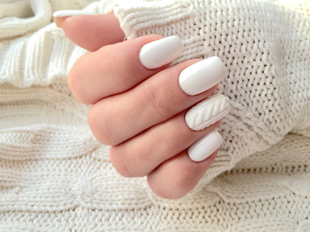 Paznokcie sweterek to znakomity wzór na święta. Zdjęcie ilustracyjne