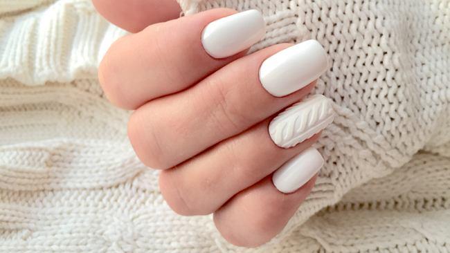 Paznokcie sweterek, french czy mroźny neon? Jak dobrać motyw do zimowych stylizacji