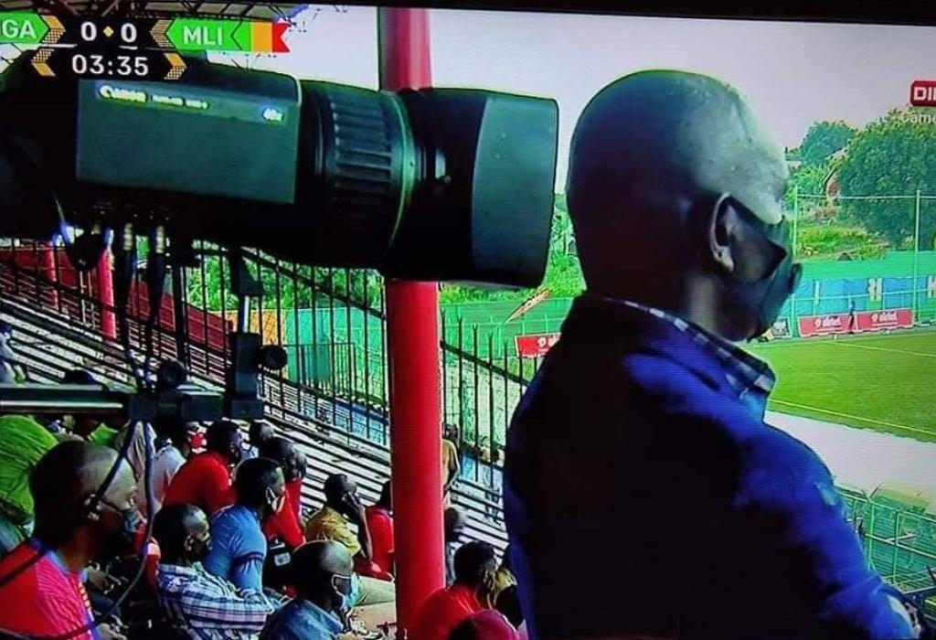 Niecodzienny incydent w Afryce. Nieuważny widz zasłonił transmisję meczu Uganda-Mali