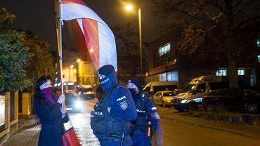 Białystok. Protest przeciw łamaniu praw kobiet i LGBT+. Manifestanci i manifestantki dołączyli też do protestu przeciw reżimowi Łukaszenki pod białoruskim konsulatem