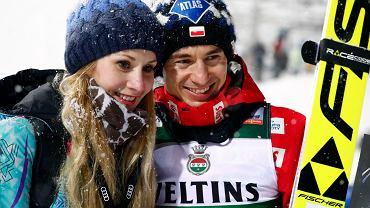 Kamil Stoch w niedzielę wygrał pierwsze zawody w sezonie. Na zdjęciu z żoną Ewą Bilan