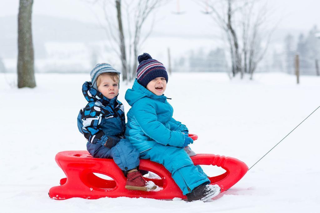 Sanki dla dzieci to jedna z najlepszych zimowych rozrywek.