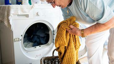 Jak przywrócić kolor ubraniom? Dolej do prania ten napój