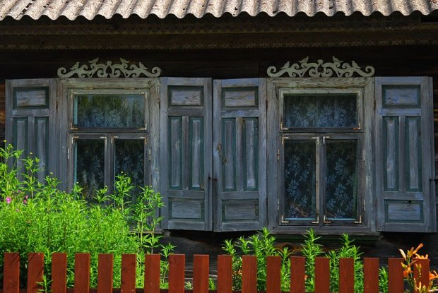 Tradycyjnie rzeźbione okna na Podlasiu/ Fot. CC BY-SA 3.0/ Lilly M/Wikimedia Commons