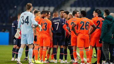 Koniec sezonu! UEFA ukarała sędziów meczu PSG - Basaksehir, ale nie za rasizm