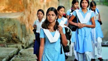 """Współczesne Indie: """"Kto może, wyjeżdża i porzuca cywilizacyjne zapóźnienia, nierozwiązywalne trudności, a przede wszystkim - kompleksy""""."""