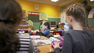 Nowo powołana minister edukacji Anna Zalewska zapowiedziała, że chce znieść obo- wiązek szkolny sześciolatków i umożliwić dzieciom rozpoczynanie edukacji szkolnej w wieku siedmiu lat