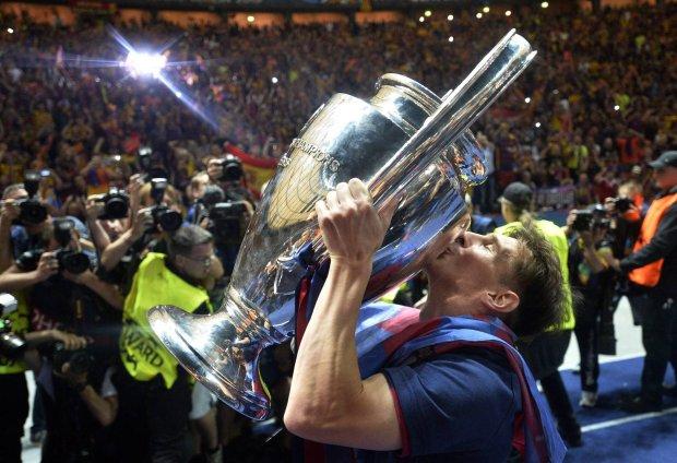 6 czerwca, Lionel Messi całuje puchar po zwycięstwie w Lidze Mistrzów.