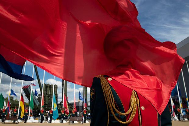 Rosyjska flaga przysłonięta przez chińską podczas inauguracji międzynarodowego forum techniczno-militarnego w podmoskiewskim Alabino, 23 sierpnia 2020 r.
