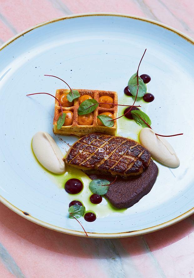 Foie gras zpolskimi akcentami: makowcem, migdałami i jarzębiną przypomina wyglądem stek. Podane jest zmusem migdałowym, którego smak przełamują anyż oraz słodko-kwaśna masa  makowa. Całość dopełniają gofr wypełniony musem jarzębinowym oraz oliwa ziołowa.