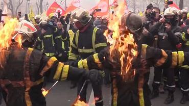Strażacy podpalili się podczas protestu w Paryżu.