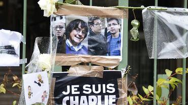Zdjęcia rysowników Georgesa Wolinskiego, Cabu, Tignousa i Charba na plakacie z napisem ''Jestem Charlie''