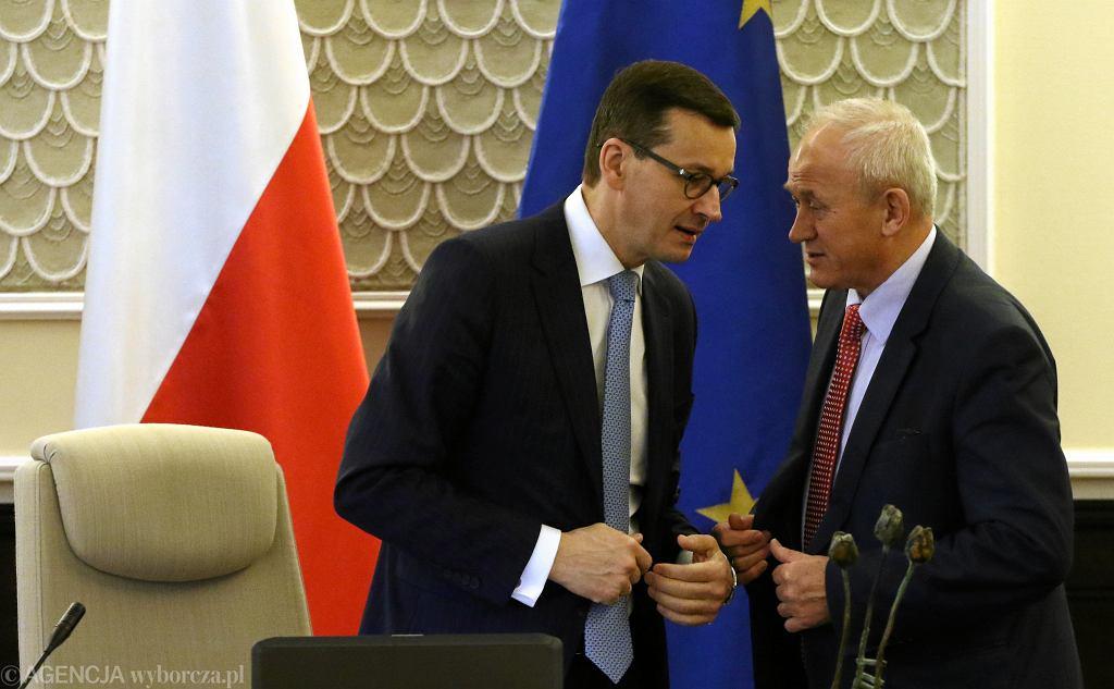 Premier Mateusz Morawiecki i minister energii Krzysztof Tchórzewski podczas posiedzenia rządu PiS. Warszawa, KPRM, 28 grudnia 2017
