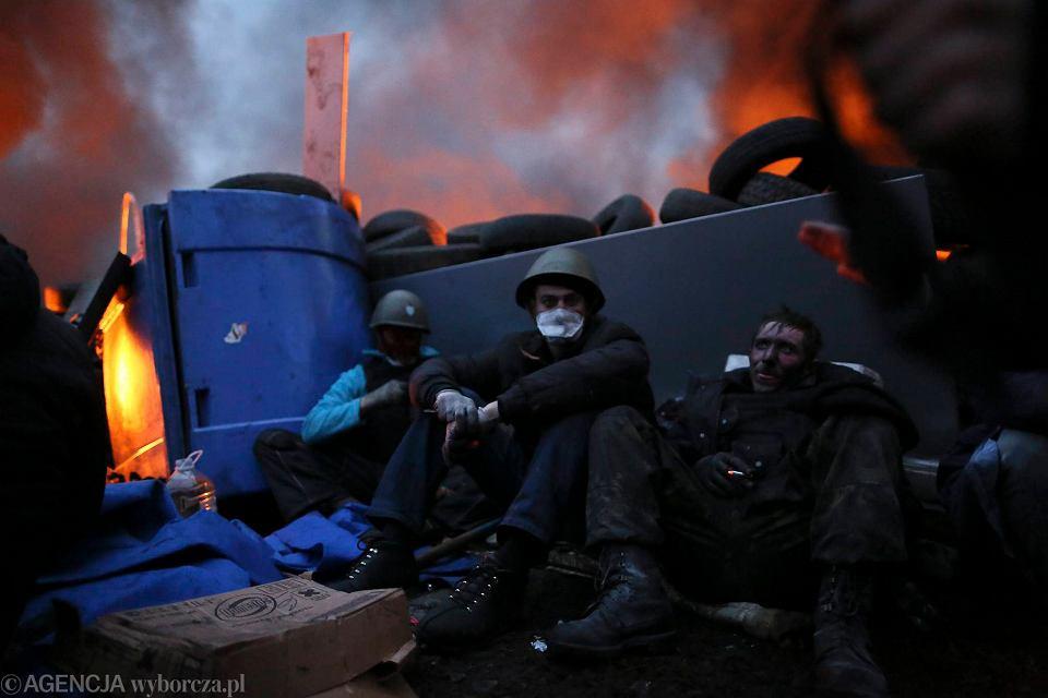 20.02.2014 Kijów. Obrońcy Majdanu odpoczywają za barykadami przy ul. Instytuckiej